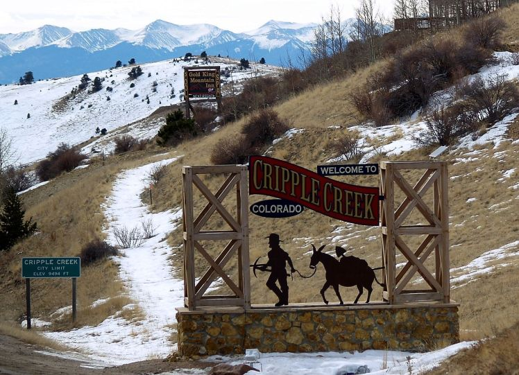 1200px-Welcome_to_Cripple_Creek_Colorado